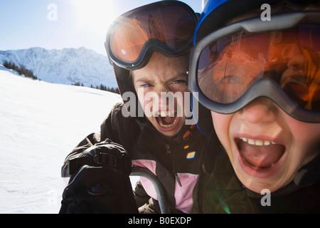 Les enfants dans les casques de ski et lunettes Banque D'Images