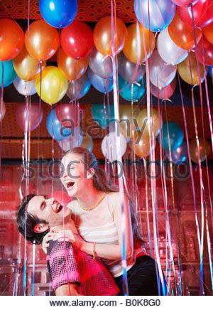 Couple dans une boîte de nuit s'amuser et rire Banque D'Images