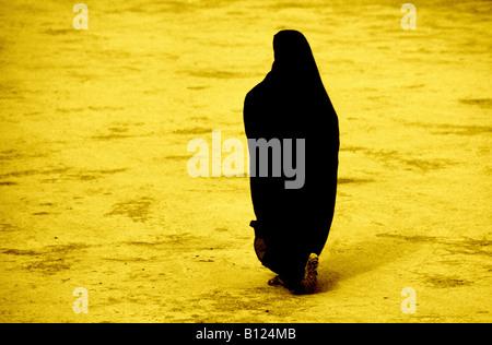 Femme marocaine en robes noires Banque D'Images