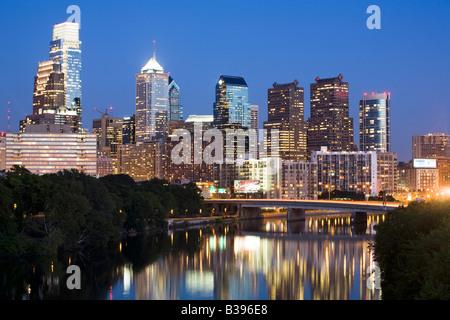 La tombée de la skyline de Philadelphie en Pennsylvanie Banque D'Images