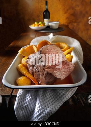 Rôti de bœuf britannique traditionnel, hung mixte pour 21 jours, pommes de terre, Yorkshire puddings Banque D'Images