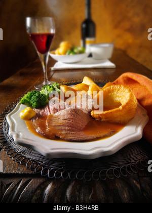 Dîner rôti traditionnel britannique avec un rôti de bœuf, pommes de terre, Yorkshire puddings. 21 jours hung Banque D'Images