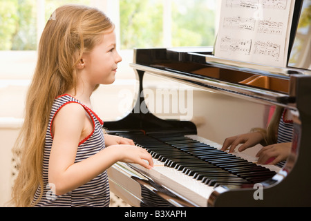 Young Girl Playing Piano Banque D'Images