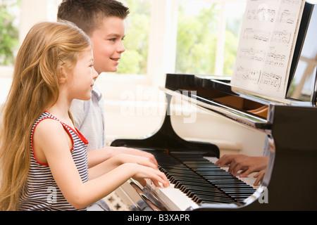 Frère et Sœur à jouer du piano Banque D'Images