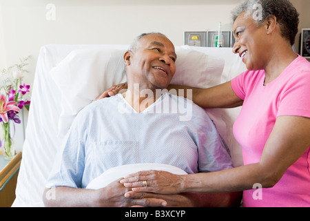 Senior Couple in Hospital Room Banque D'Images