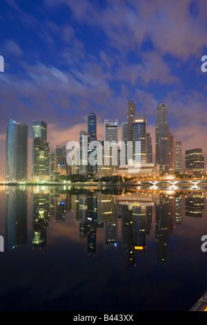 Asie Singapour Skyline financial district au crépuscule Banque D'Images