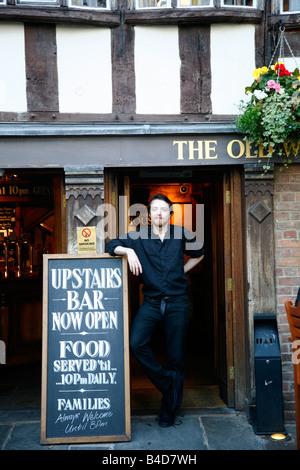 Août 2008 - garçon debout à l'extérieur du vieux Wellington Inn à Exchange square Manchester England UK Banque D'Images