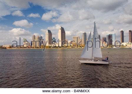La voile sur la baie de San Diego et le centre-ville de tours sur l'Embarcadero waterfront vu de bateau d'excursion Banque D'Images