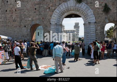 Les vendeurs de rue en face de la porte ouest, Campo dei Miracoli, Pise, Toscane, Italie Banque D'Images
