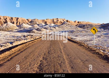 Route à travers la Valle de la Luna (vallée de la lune), Désert d'Atacama, Norte Grande, Chili, Amérique du Sud Banque D'Images