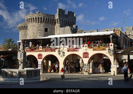 Boutiques de souvenirs devant le Palais des grands maîtres de Rhodes, Grèce Banque D'Images