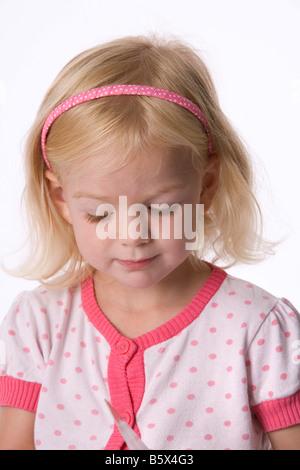 Portrait d'une petite fille blonde à la bas Banque D'Images