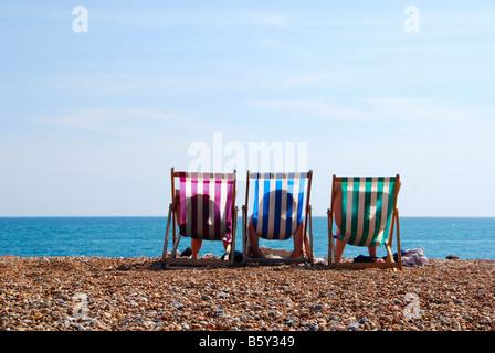Vacances de détente trois transats sur la plage. Banque D'Images