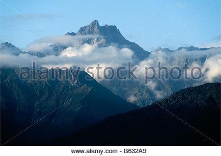 Un sommet des Alpes du Sud dans le lac Matheson, près de Fox Glacier, Fjordland, île du Sud, Nouvelle-Zélande Banque D'Images