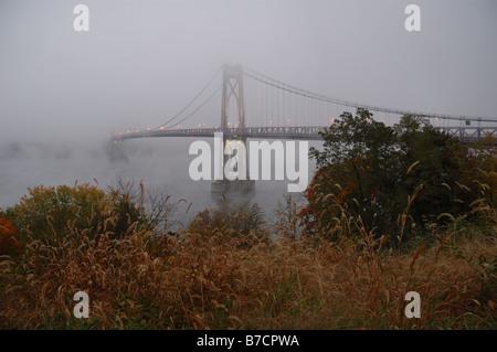 Mid-Hudson Bridge enveloppée de brouillard. Banque D'Images