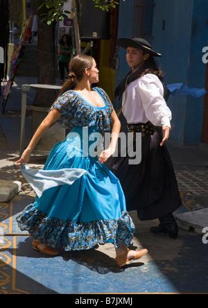 Des danseurs de tango dans street cafe à La Boca Buenos Aires Argentine Amérique du Sud Banque D'Images