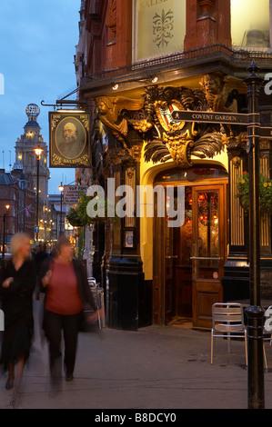 London pub traditionnel nr Covent Garden avec le Globe Theatre au-delà, le West End, Londres, UK Banque D'Images