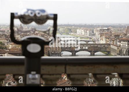 Payer télescope, le Ponte Vecchio et l'Arno, Piazzale Michelangelo, Florence, Toscane, Italie Banque D'Images