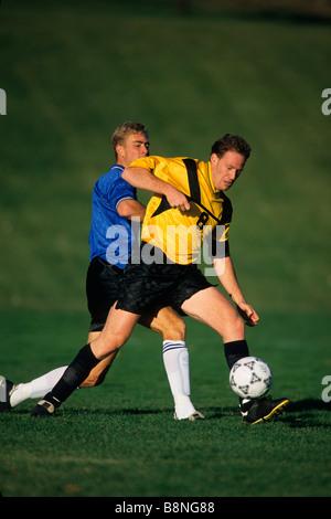 Les joueurs de soccer masculin en action Banque D'Images