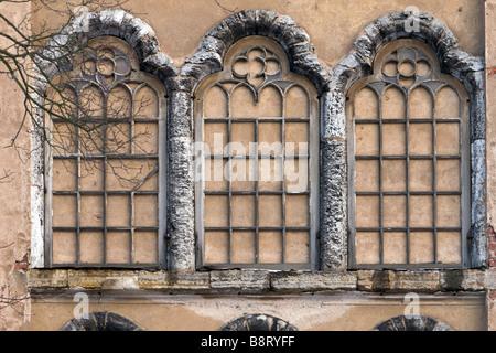 Faux gothique triple fenêtres sur mur de château. Banque D'Images