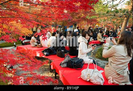 Les personnes appréciant les couleurs de l'automne à Eikando jardin zen à Kyoto au Japon Banque D'Images