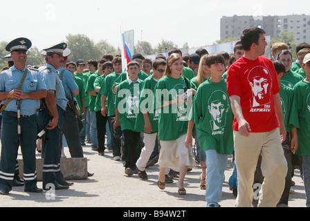 Les jeunes prennent part à une manifestation publique, à Grozny, capitale tchétchène à l'appui de Ramzan Kadyrov Banque D'Images