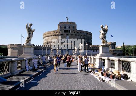 Les touristes sur le Ponte Sant Angelo pont traversant le Tibre, décoré de sculptures d'anges par Bernini, dans Banque D'Images