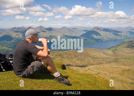 C'est un randonneur à prendre dans la magnifique vue depuis le sommet du Ben Lomond par une belle journée ensoleillée, Banque D'Images