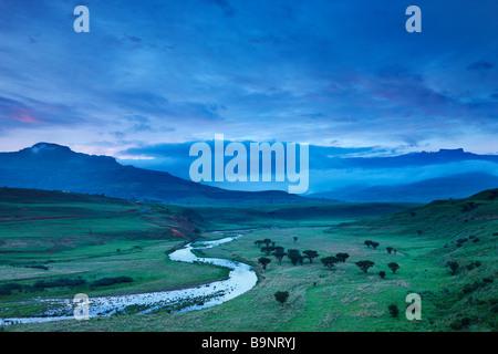 Un soir moody ciel au-dessus de la vallée de la Tugela avec les montagnes du Drakensberg au-delà, KwaZulu Natal, Banque D'Images