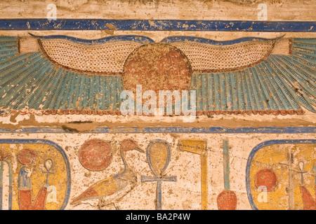 Reliefs peints sur le plafond de la deuxième cour à Médinet Habou, temple funéraire de Ramsès III, rive ouest du Banque D'Images
