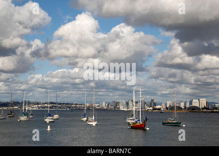 Vue sur la baie de Shelter Island vers la ville de San Diego en Californie Banque D'Images