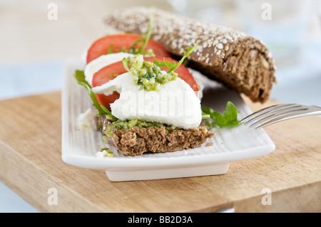 Délicieux sandwich fait maison avec de la mozzarella et tomate Banque D'Images