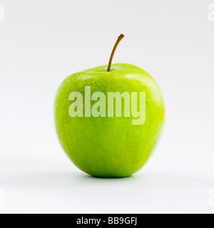 Un parfait apple vert isolé sur un fond blanc. Banque D'Images