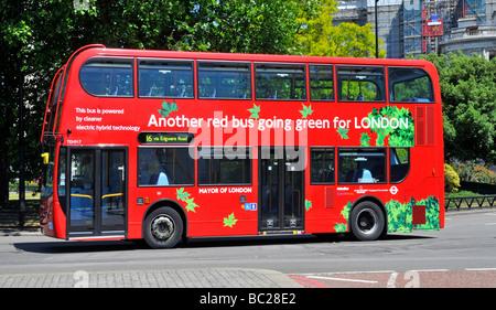 Green red bus propulsé par la technologie hybride électrique vu dans Park Lane Londres Banque D'Images