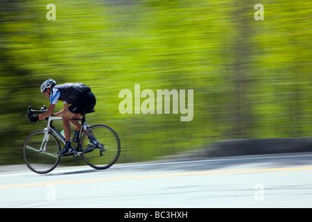 Les cyclistes équitation sur l'autoroute 50 sur Monarch Pass en Californie au cours de l'assemblée visite en vélo Banque D'Images