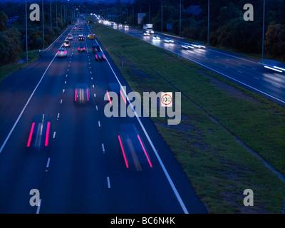Le trafic de nuit M1 freeway Brisbane Australie Banque D'Images