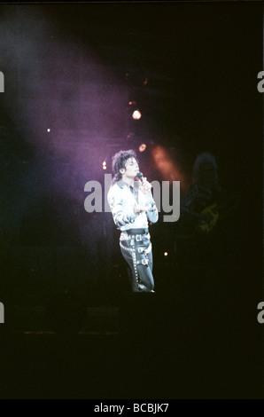 Michael Jackson vu ici après l'perforiming sur scène à Wembley lors de la tournée de concerts de mauvais 14 Juillet Banque D'Images
