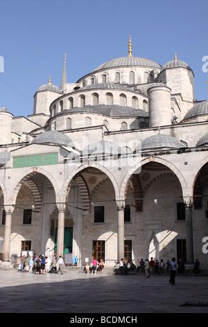 La Mosquée Bleue Istanbul Turquie cour avec visiteurs touristiques Banque D'Images