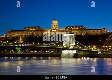 Pont des Chaînes et le Palais Royal sur la colline du Château, Budapest, Hongrie, RF Banque D'Images