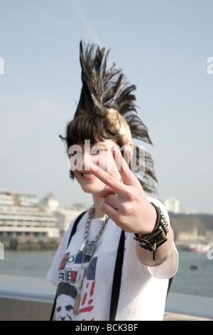 Une fille punk 'Rae Ray émeutes' avec un grand, Mohican London Bridge, London, UK 15.3.2009 Banque D'Images