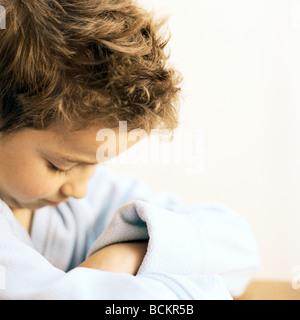 Fille avec les bras croisés à la bas Banque D'Images