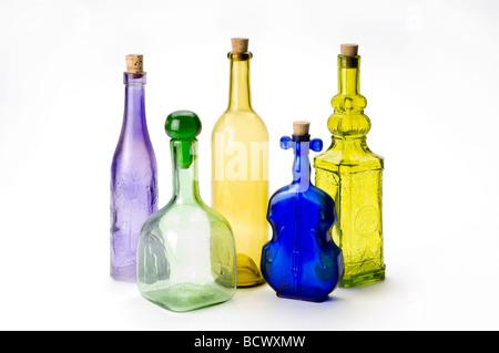 Bouteilles en verre coloré sur fond blanc Banque D'Images