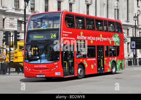 Green red bus propulsé par la technologie hybride électrique vu dans Whitehall London Banque D'Images