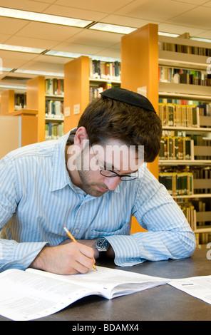 Jeune homme juif, d'étudier et faire ses devoirs dans la bibliothèque Banque D'Images