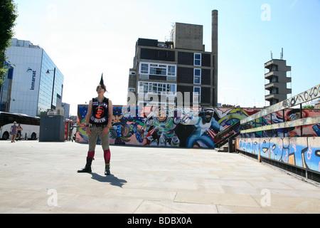 Une fille punk 'Rae Ray émeutes' avec un grand, Mohican Shoreditch, London, UK 2012 Banque D'Images