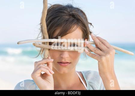 Femme fait semblant de porter un masque de plongée sous-marine avec des bâtons Banque D'Images
