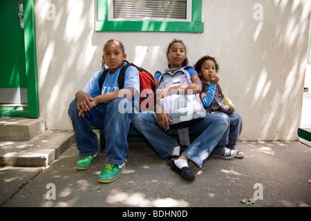 Selena Pina, une mère de quatre sans-abri, avec ses enfants à l'école à la graine de moutarde de pain et de poisson Banque D'Images