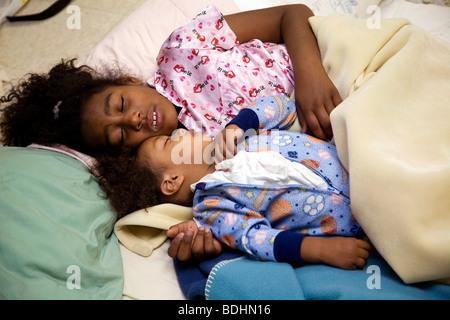Selena Pina, une mère de quatre sans-abri, commence sa journée à 6h00 par amener ses enfants à se lever et prêt Banque D'Images