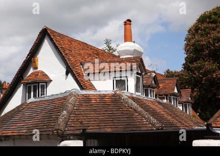 L'Angleterre, Berkshire, Bray Village, High Street, sol carrelé romarin rouge toit de maison Banque D'Images