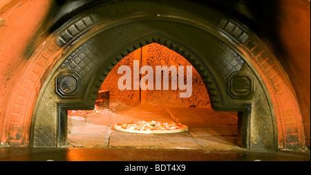 Une pizza pâtisseries l'Antique four à bois dans le célèbre Hotel Astj pizzeria de Castrovillari, Cosenza, Calabre, Banque D'Images